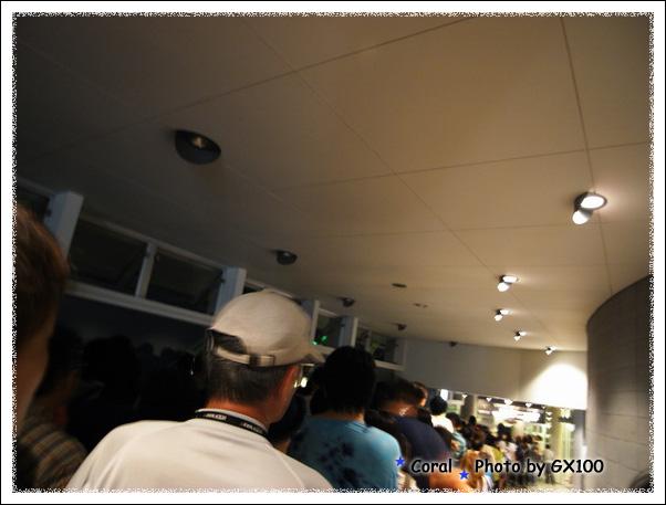 我們坐bus上函館山,下山搭乘纜車,瞧這一片黑壓壓的人頭