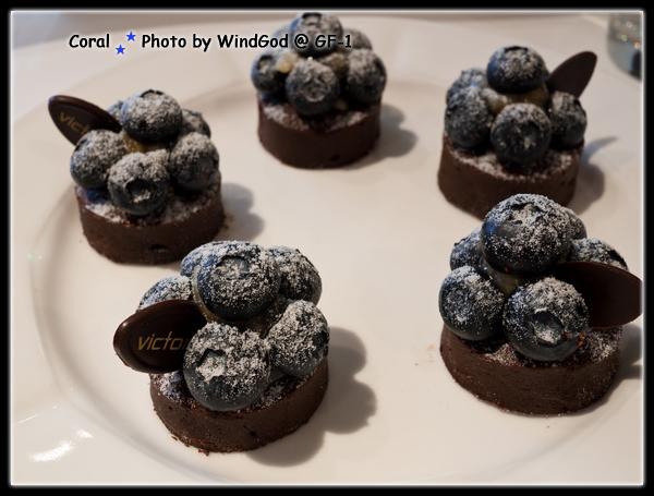 巧克力藍莓塔不錯...可惜吃太飽了留一半沒吃完