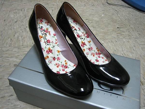 黑色高跟圓頭鞋。NT.200