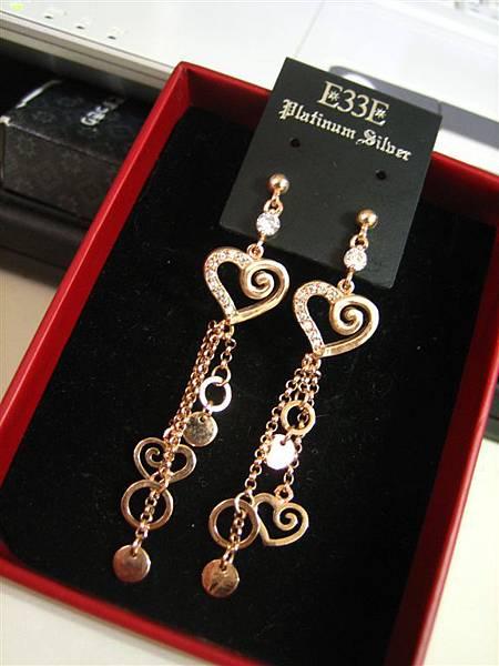 玫瑰金的愛心耳環