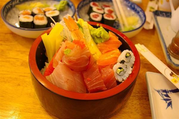 家福壽司屋。生魚片丼。270元