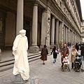 美術館前的街頭藝人