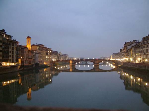 從老橋上拍攝弗羅倫斯的晨景