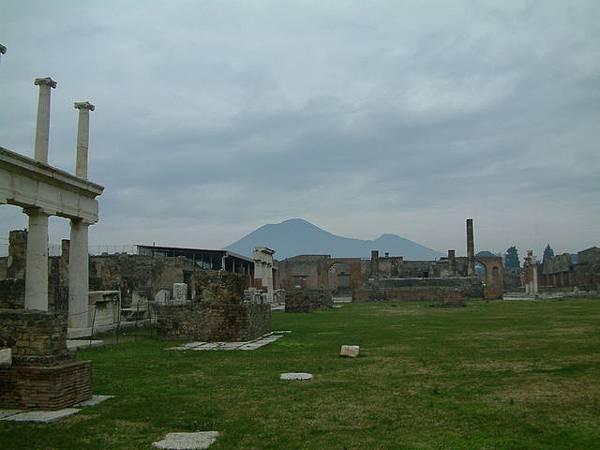 遠方為維蘇威火山