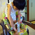 (3Y1M)新餐椅坐法-先把安全帶扣好,再爬上餐椅