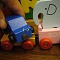 (3Y1M)小木頭玩具車-架上的小車也有磁鐵