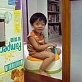 (3Y1M)寶寶坐馬桶ing02