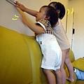 (1Y1M)寶寶貝貝爬沙發02