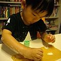 (3Y2M)寶寶貝貝作餅乾07-好愛看兒子專心的模樣