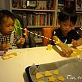 (3Y2M)寶寶貝貝作餅乾03-偷看哥哥在做甚麼