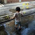 (3Y2M)經過水窪一定要踩踩