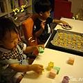(3Y2M)寶寶貝貝作餅乾10-貝貝太可愛很搶戲