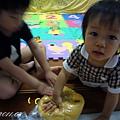 (3Y2M)寶寶貝貝幫忙和麵糰04-貝貝