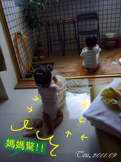 (3Y3M)玩水樂-貝貝玩得滿地都是水