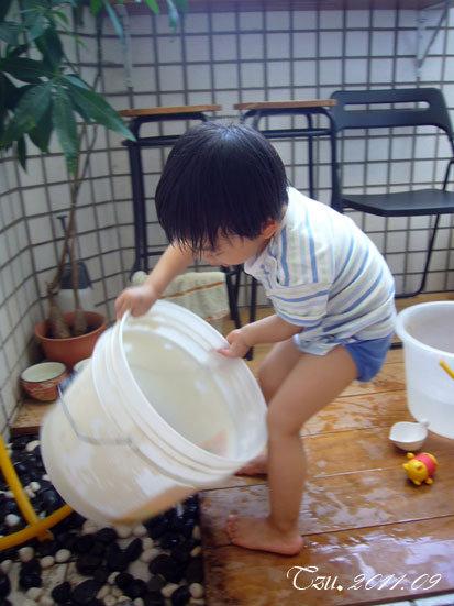(3Y3M)玩水樂-寶寶幫忙倒水01