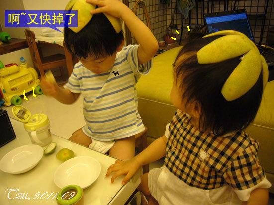(3Y3M)兩小隻吃柚子02-寶寶貝貝戴柚子帽吃柚子02