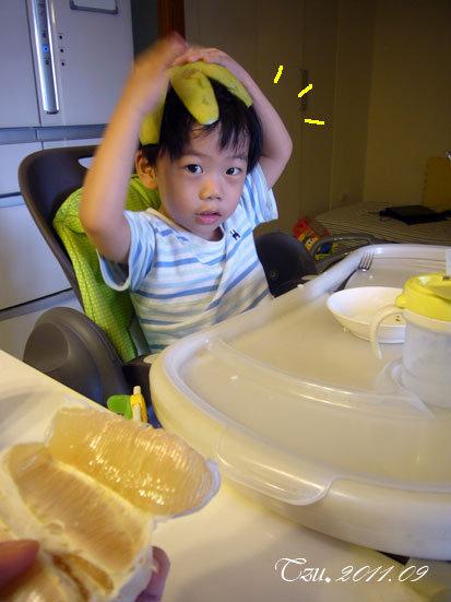 (3Y3M)吃柚子-柚子寶一直擔心帽子會掉下來