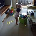 (1Y3M)貝貝也開始推玩具箱扶著走路