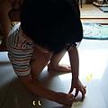 (1Y3M)哥哥常得蹲到地上去撿蠟筆