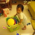 (1Y3M)聰明貝還改成逆著推,可減緩玩具箱的速度