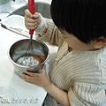 (3Y9M)作蛋糕-11-製作中-繼續打打打