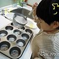 (3Y9M)作蛋糕-17-模具塗油和灑麵粉