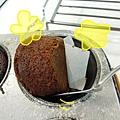 (3Y9M)寶寶作蛋糕-23趁熱取出才不黏鍋