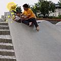 (2Y2M)04溜滑梯太大超出控制,馬上變成俗仔貝