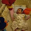 (1m)很稀奇看著遊戲鈴的寶寶