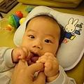 (4m)寶寶最愛啃媽咪的手