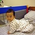 (6m)寶寶新裝備-寶寶與床邊護欄