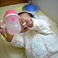 (6M)剛開始喝水杯,喜歡搖水杯,觀察水在水杯裡嘩啦嘩啦的樣子