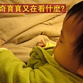 (8m)好奇寶寶in床上2-1