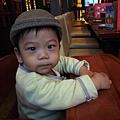 (9m)台北溜達-餐廳裡很慎重的寶寶