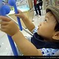 (12M)給寶寶小東西就可以讓他研究半天