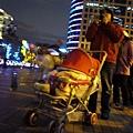 (18M)台北跨年-很多爸媽也帶小朋友出來等跨年煙火