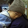 (18M)台北跨年-外出逛逛之躺在把拔肩上還偷看
