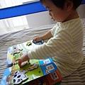 (22M)新遊戲書04玩法1-寶寶玩得很專心