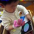 (22M)寶寶戴手套初體驗3-算了用單手看書吧!