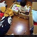 (22M)趁媽咪整理衣服,寶寶跑到箱子裡看書