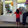 (23M)看牙醫-設備06-媽媽們協助小朋友刷牙