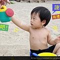 (23m)墾丁.夏都-沙灘玩水-把拔幫忙裝水02