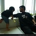 (23m)墾丁.夏都-寶寶和公子in沙發-小猴子爬沙發