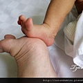 妹妹14d-和媽咪比腳腳
