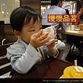 (2Y2M)寶寶大口喝酒02-一開始喝得很斯文