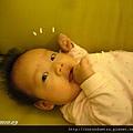 (妹妹3M)不在大床放空,就是在沙發上啃手放空中