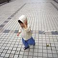 (2Y4M)散步-獨自走也不忘手壓帽子