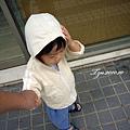 (2Y4M)散步-風大謹慎寶寶手壓帽子