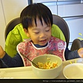 (2Y4M)筷子逐漸熟練04-直接撥進碗裡02