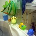 (2Y5M)洗澡-玩具們在看魚?!